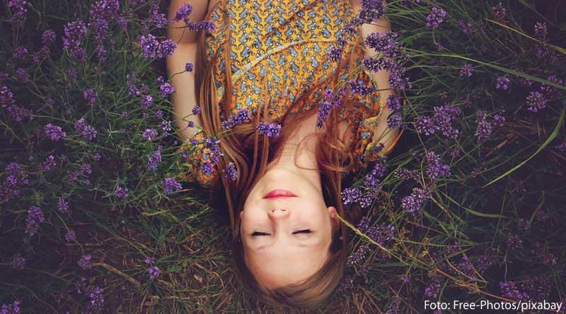 Tipps zum Einschlafen - Bild einer Frau auf einer Lavendelwiese zum Beitrag mit Tipps gegen das Nicht schlafen können und gegen Schlafstörungen