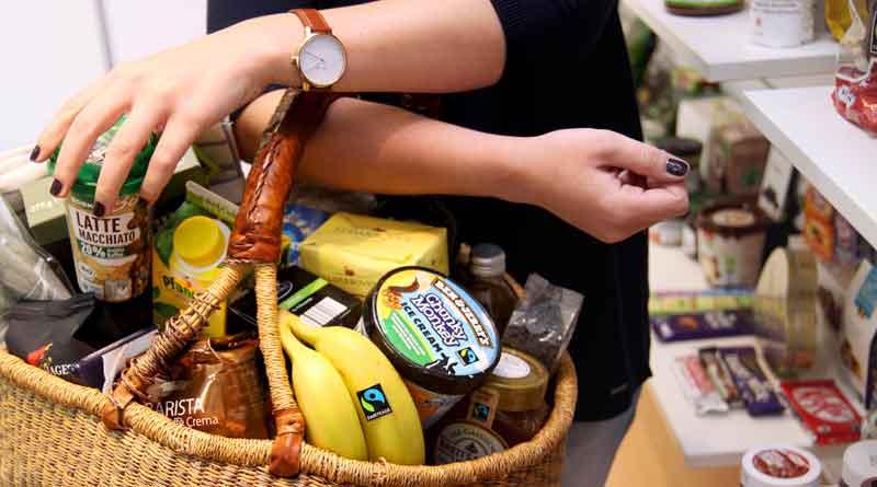 Viele Produkte gibt es mittlerweile aus dem fairen Handel, oft erkennbar am Fairtrade-Siegel. Foto: TransFair e.V./Fotograf: Miriam Ersch